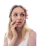 Mulher nova com as flores no cabelo Imagem de Stock Royalty Free