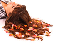Mulher nova com as flores no cabelo isolado Foto de Stock