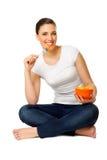 Mulher nova com a bacia de salada de fruta fotos de stock