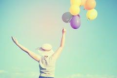 Mulher nova com balões coloridos Fotografia de Stock Royalty Free