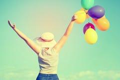 Mulher nova com balões coloridos Foto de Stock