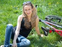 Mulher nova com bicicleta Imagens de Stock