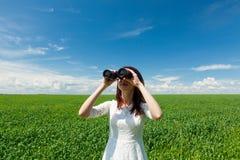 Mulher nova com binocular Foto de Stock
