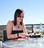 Mulher nova com bolo e champanhe Fotografia de Stock Royalty Free
