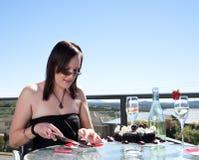 Mulher nova com bolo e champanhe Imagens de Stock Royalty Free