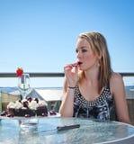 Mulher nova com bolo e champanhe Fotografia de Stock