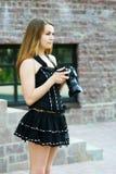 Mulher nova com câmera. Imagem de Stock Royalty Free