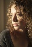 Mulher nova com cabelo curly fotografia de stock royalty free