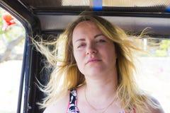 Mulher nova com cabelo do vôo Fotos de Stock