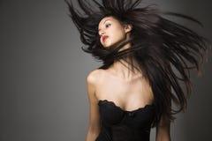 Mulher nova com cabelo longo Fotografia de Stock Royalty Free