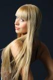 Mulher nova com cabelo louro luxuoso fotografia de stock royalty free