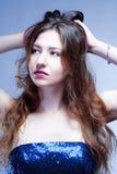 Mulher nova com cabelo marrom longo foto de stock