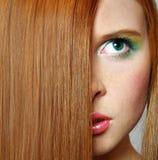 Mulher nova com cabelo vermelho longo fotografia de stock royalty free