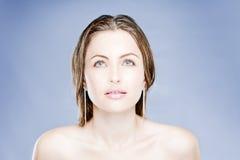 Mulher nova com cabelos bonitos Fotos de Stock Royalty Free