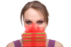 Mulher nova com caixa de presente Fotos de Stock