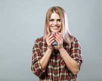 Mulher nova com caneca Foto de Stock Royalty Free