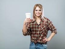 Mulher nova com caneca Fotografia de Stock