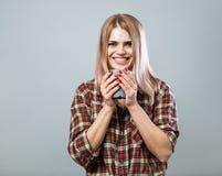 Mulher nova com caneca Fotografia de Stock Royalty Free
