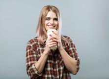 Mulher nova com caneca Imagem de Stock