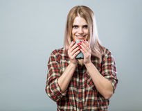 Mulher nova com caneca Fotos de Stock