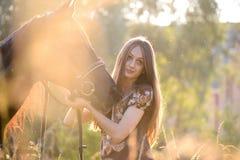 Mulher nova com cavalo Fotografia de Stock