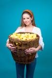Mulher nova com a cesta de maçãs amarelas Fotos de Stock