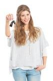 Mulher nova com chave do carro foto de stock