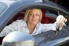 Mulher nova com chaves de novo, do aluguer ou do carro rental imagens de stock royalty free