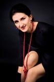 Mulher nova com colar vermelha Fotos de Stock
