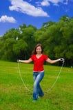 Mulher nova com corda de salto Fotografia de Stock