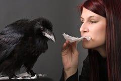 Mulher nova com corvo fotos de stock