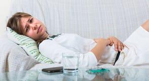 Mulher nova com dor abdominal imagens de stock royalty free