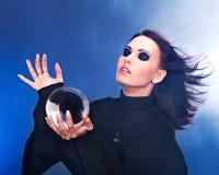 Mulher nova com esfera de cristal. imagem de stock royalty free