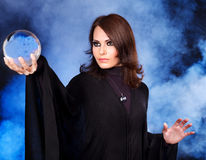 Mulher nova com esfera de cristal. Imagens de Stock Royalty Free