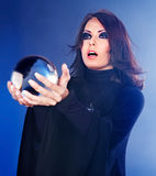 Mulher nova com esfera de cristal. foto de stock