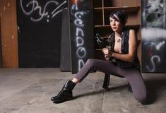 Mulher nova com espingarda de assalto Fotografia de Stock