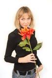 Mulher nova com flor imagem de stock