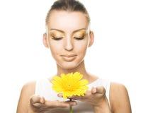 Mulher nova com flores amarelas Fotos de Stock Royalty Free