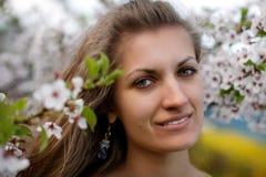Mulher nova com flores da mola Fotografia de Stock