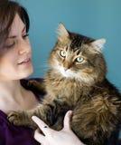 Mulher nova com gato do animal de estimação Fotos de Stock Royalty Free
