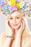 Mulher nova com grinalda da flor Imagem de Stock