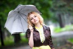 Mulher nova com guarda-chuva imagem de stock