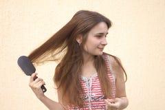 Mulher nova com hairbrush Imagem de Stock