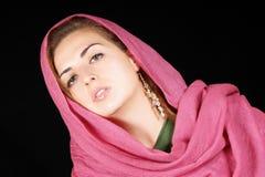 Mulher nova com lenço cor-de-rosa foto de stock