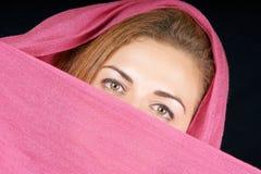 Mulher nova com lenço cor-de-rosa imagem de stock