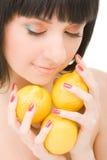 Mulher nova com limões imagens de stock