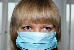 Mulher nova com máscara da proteção do vírus Imagens de Stock Royalty Free