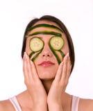 Mulher nova com máscara do pepino foto de stock royalty free