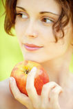 Mulher nova com maçã Imagens de Stock Royalty Free
