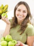 Mulher nova com maçãs imagens de stock